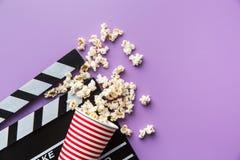 Popcorn und clapperboard lizenzfreies stockbild