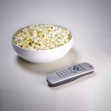 Popcorn und Fernsehapparat Stockfotografie