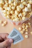 Popcorn- und Kinokarten Stockfotos