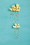 Popcorn-Wolken mit buntem Regen Lizenzfreie Stockbilder