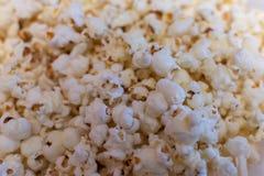 Popcorncloseup Bakgrund av popcorn Mellanmål och mat för en film fotografering för bildbyråer