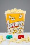 Popcornemmer het overlopen en 3d glazen Royalty-vrije Stock Fotografie
