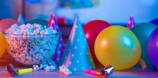 Popcornfödelsedag, parti På bakgrunden av TV och ljust ljus för färg Begrepp av festivaler royaltyfria foton