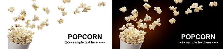 Popcornflyg ut ur kartongen Isolerat på vit- och svartbakgrunder royaltyfri fotografi