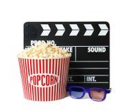 Popcornhink, clapper och exponeringsglas som isoleras på vit fotografering för bildbyråer