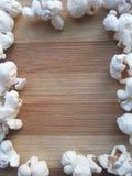 Popcornkader op houten achtergrond Stock Afbeeldingen