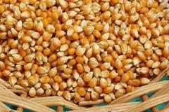 Popcornkerne im Korb, Hintergrund Stockbild
