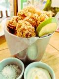 Popcornkip met tartaarsaus Een traditioneel recept van gefrituurde knapperige kippenfilet diende in de emmer royalty-vrije stock foto