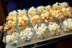 Popcornkoppar på ett magasin Royaltyfri Fotografi