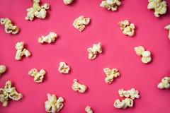 Popcornmodellen på röd bakgrund beskådar överst sött smörpopcorn fotografering för bildbyråer
