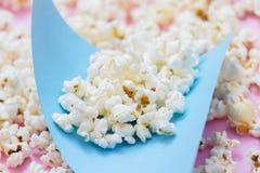 Popcornmuster auf rosa Hintergrund Beschneidungspfad eingeschlossen stockfoto