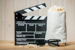 Popcornpakket, 3D glazen en videokleppenvoorwerpen van fil Stock Foto