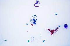 Popcornpannen op de sneeuw royalty-vrije stock afbeeldingen