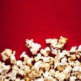 Popcornpopcorn op rode geweven dichte omhooggaande macro als achtergrond Royalty-vrije Stock Fotografie