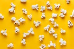 Popcorns op een gele achtergrond Royalty-vrije Stock Afbeelding