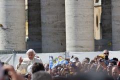 Pope Benedict XVI välsignar folk i Vatican Royaltyfri Fotografi