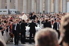 Pope Francis błogosławię wiernego fotografia royalty free