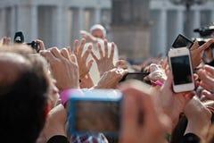 Pope Francis błogosławię wiernego zdjęcie royalty free