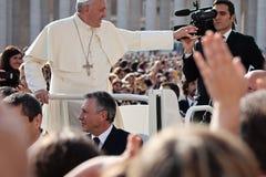 Pope Francis błogosławię wiernego obrazy royalty free