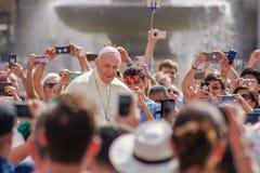 Pope Francis błogosławi wiernego obrazy royalty free