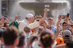 Pope Francis błogosławi wiernego, dawać ludzie wielkiej radości obrazy royalty free