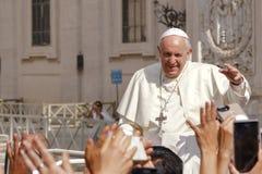 Pope Francis wita wiernego zdjęcia stock