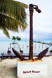 Popeye海滩胜地船锚和阴云密布加勒比海 免版税图库摄影