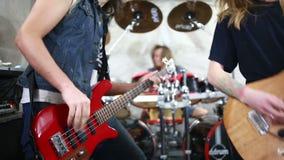 Popgroep die harde rots in de studio spelen stock footage