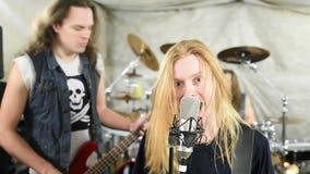 Popgroep die harde rots in de studio spelen stock video
