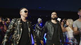 Popgroep die op rood tapijt lopen stock video