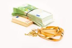 Popiół dla złocistej biżuterii kłaść obok stosu euro banknot gotówka Zdjęcia Royalty Free