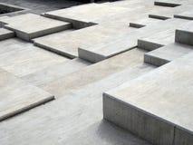 Popielaci nowożytni geometryczni kubiczni betonowi progi tworzy graniastych wzory i kształty obraz stock