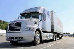 Popielata Mack wzroku Semi ciężarówka Parkująca Zdjęcia Royalty Free