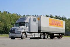 Popielata Mack wzroku Semi ciężarówka Parkująca Obraz Stock