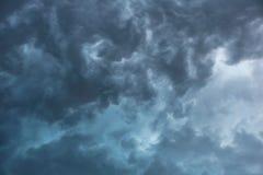 Popielate burz chmury i niebezpieczny niebo fotografia stock