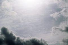 Popielate niebo chmury pierzastej chmury i zmrok - szaroniebieskie cumulus chmury Fotografia Stock
