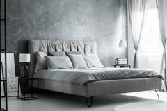 Popielate poduszki na rozmiaru łóżku Obrazy Royalty Free
