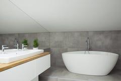 Popielaty łazienki wnętrze z wanną obraz stock