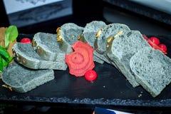 Popielaty chleb z zbożami, pokrajać Fotografia Stock