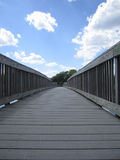 Popielaty Drewnianego mosta i niebieskiego nieba wizerunek Obraz Stock