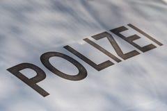 Popielaty literowanie «Polizei «na srebnej czapeczce fotografia stock