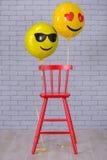 Popielaty mieszkania studio z krzesłem, ściana z cegieł, kolorów żółtych szczegóły szybko się zwiększać emoji czerwonego krzesła Obraz Stock