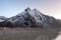 Popielaty moreny jezioro i śnieżny halny szczyt w Obraz Stock