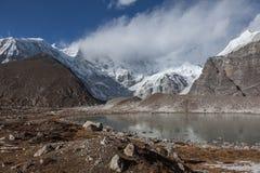 Popielaty moreny jezioro i śnieżny halny szczyt zakrywający Obrazy Stock