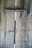 Popielaty rocznika drzwi zamyka na ośniedziałym żelaznym retro haczyku Stary haczyk na drewnianym drzwi Obrazy Stock