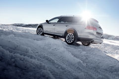 Popielaty samochodu pobyt na śnieżnej drodze przy zima słonecznym dniem zdjęcia royalty free
