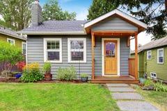 Popielaty stary dom z drewnianym podstrzyżeniem Zdjęcie Stock