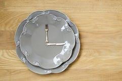 Popielaty talerza zegar na drewnianym tle Obrazy Stock