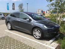 Popielaty Tesla model X fotografia stock