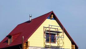 Popierać kogoś montaż na drugie piętro wiejskim domu Zdjęcia Royalty Free